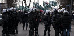 Policja ochrania swastykę