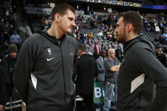 Reprezentativci Srbije u razgovoru na NBA parketu u Denveru, Nikola Jokić i Marko Gudurić pred meč Nagetsa i Memfis Grizlisa
