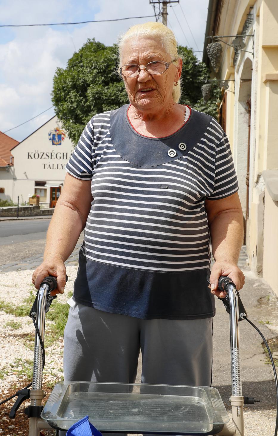 Marika néni sajnálja, hogy ilyen áron ismerte meg a falu nevét az egész ország./ Fotó: Fuszek Gábor
