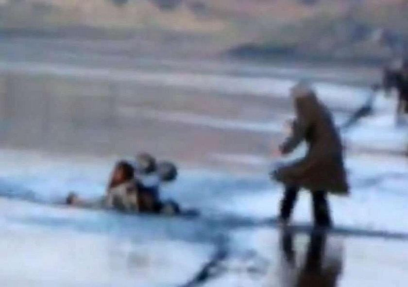 matka zaczęła się topić z wózkiem. załamał się lód