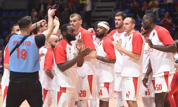 Detalj sa zagrevanja košarkaša Crvene zvezde i Barselone
