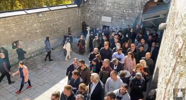Reka ljudi ispred Cetinjskog manastira