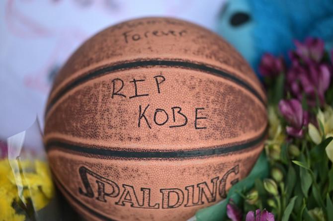 Lopta u čast Brajanta ispred Lower Merion srednje škole u Pensilvaniji koju je pohađao legendarni košarkaš