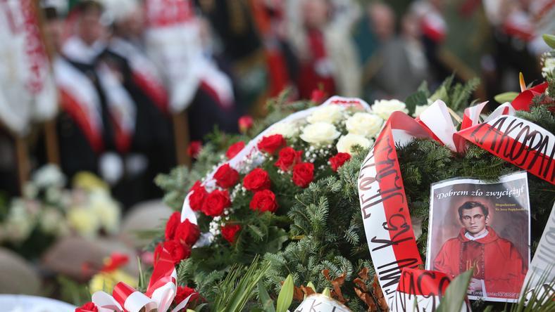 Kwiaty na grobie ks. Jerzego Popiełuszki