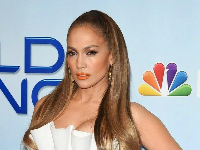 Neka se drži uskih i dužih modela, OVO JOJ NIKAKO NE STOJI! Džej Lo se uvukla u NAJKRAĆU HALJINU ikada i popila mnoštvo kritika