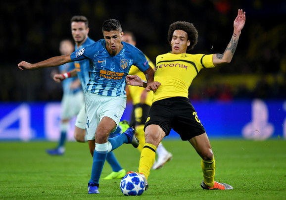 Rodri u duelu sa Akselom Vicelom, fudbalerom Borusije Dortmund