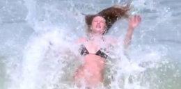 Modelka w bikini przegrała z falą. Wideo