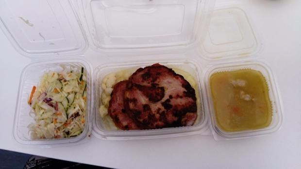 Kokošija supa, dimljeni svinjski vrat sa karfiolom i pireom i sezonska salata