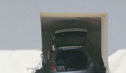 Dramat w Sochaczewie. Auto przebiło ścianę domu i wjechało do środka