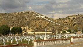 Wielki biały krzyż przy madryckim lotnisku Barajas