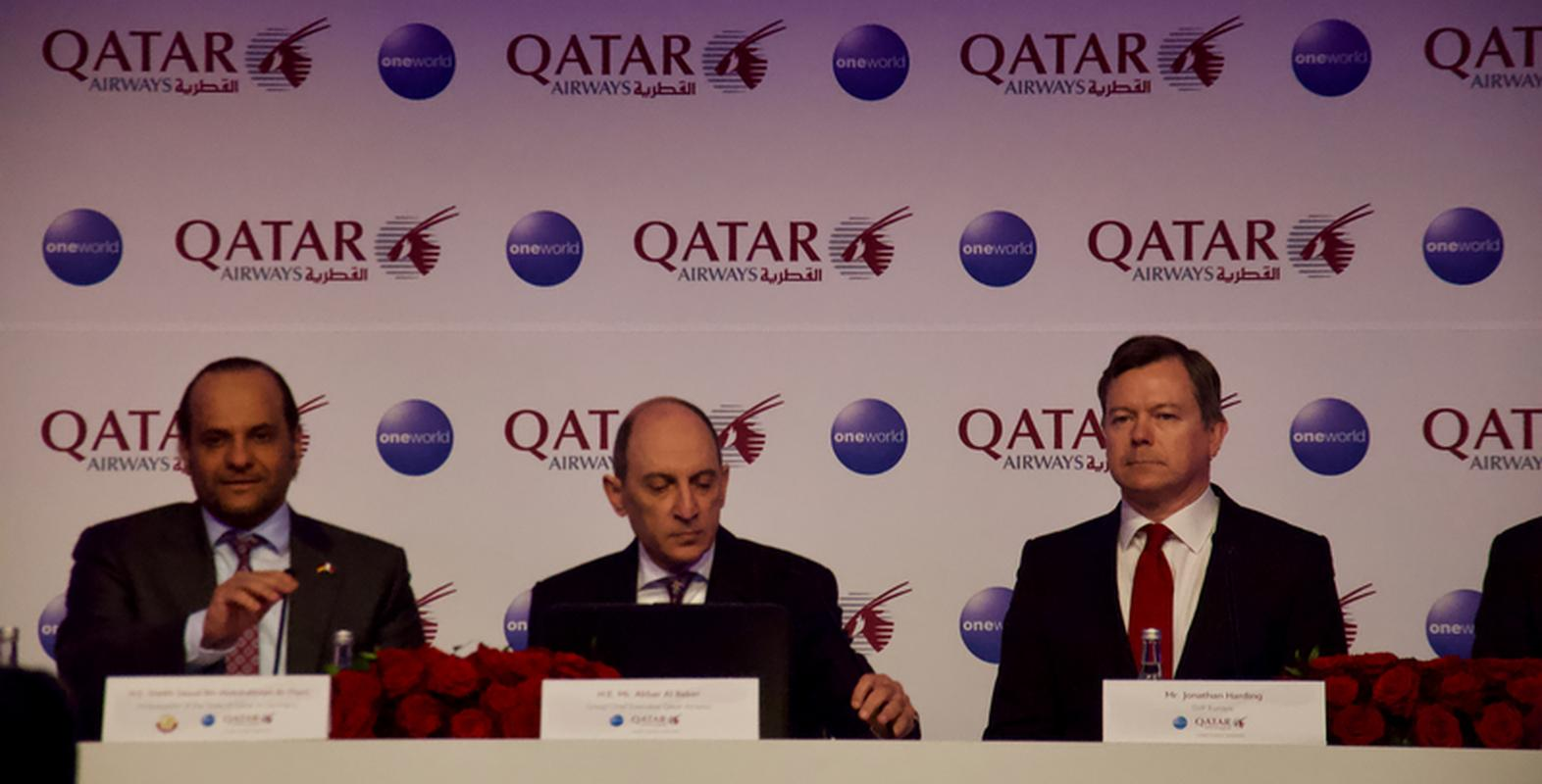 Akbar Al Baker (w środku), CEO Qatar Airways