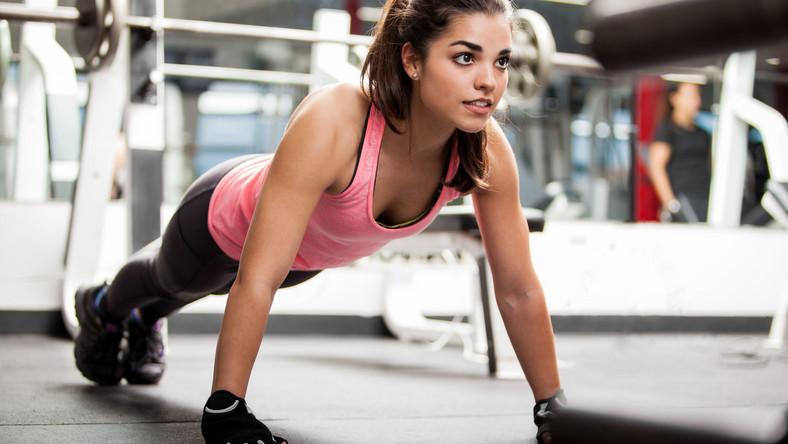 Kobieta ćwiczy w klubie fitness