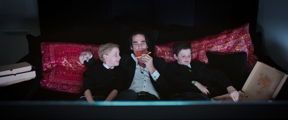 Nik Kejv sa sinovima, blizancima Arturom (levo) i Erlom (desno)