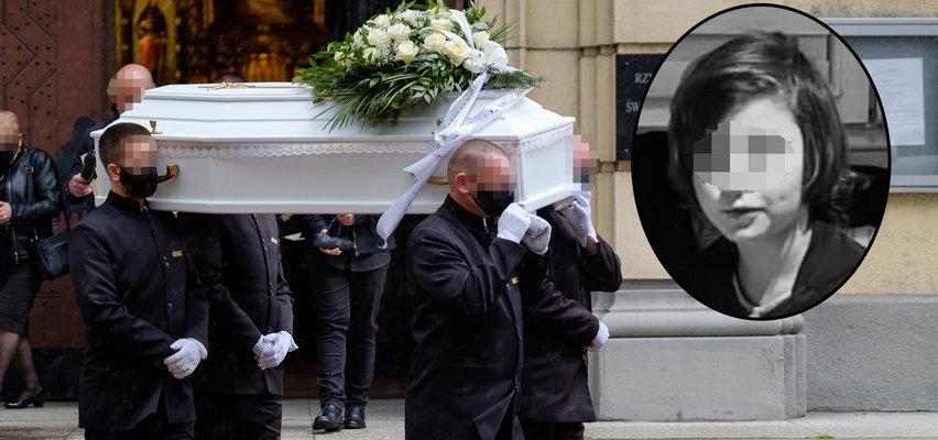 Ostatnie pożegnanie zamordowanego Sebastianka. Zrozpaczeni żałobnicy szli w strugach deszczu za białą trumienką...