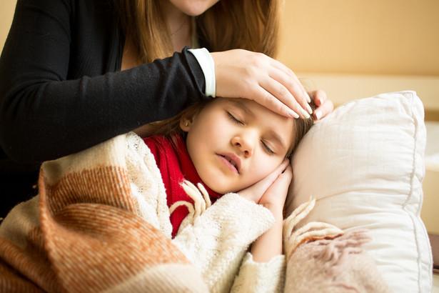 Zasiłek opiekuńczy z ZUS nie przysługuje, jeśli poza pracownikiem w gospodarstwie domowym są inni członkowie rodziny, którzy mogą zapewnić opiekę choremu.