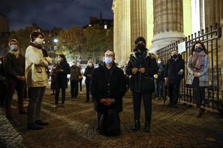Francja: Setki katolików modliły się przed zamkniętymi kościołami