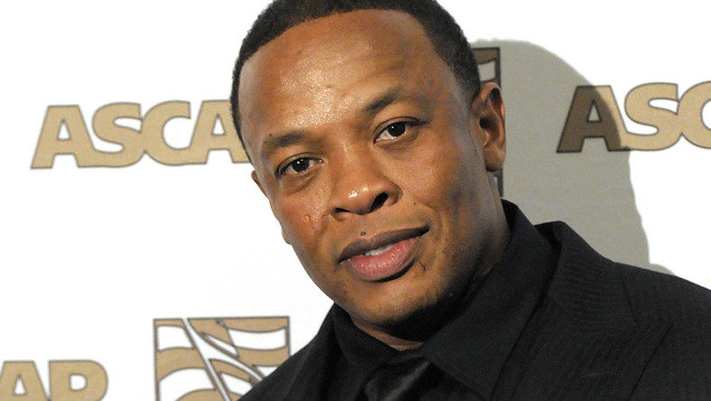"""Opublikowany właśnie przez magazyn """"Forbes"""" coroczny ranking osób najlepiej zarabiających w świecie hip-hopu, ukazał kultową dla tego środowiska postać Dr.Dre w zupełnie nowym świetle. Andre Romelle Young, bo tak brzmią jego pełne imię i nazwisko, dał się poznać nie tylko jako raper i producent, ale też jako biznesmen. Powodem, dla którego Dr. Dre zarobił więcej niż ktokolwiek inny w przemyśle, jest wypuszczona przez niego na rynek marka słuchawek """"Beats by Dre"""". Wg magazynu Forbes, gwiazdor zarobił w zeszłym roku 100 mln dolarów sprzedając 51 proc. udziałów w biznesie słuchawkowym tajwańskiej firmie HTC, a """"Beats by Dre"""" stanowią obecnie ponad połowę ogólnej sprzedaży słuchawek w Stanach Zjednoczonych. Słuchawki sygnowane przez legendę hip-hopu cieszą się ogromną popularnością. Ich cena detaliczna to od 100 dolarów w górę"""