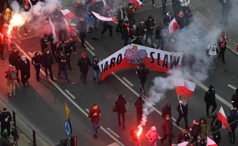 Uczestnicy Marszu Niepodległości zbierają się na Rondzie Dmowskiego w Warszawie