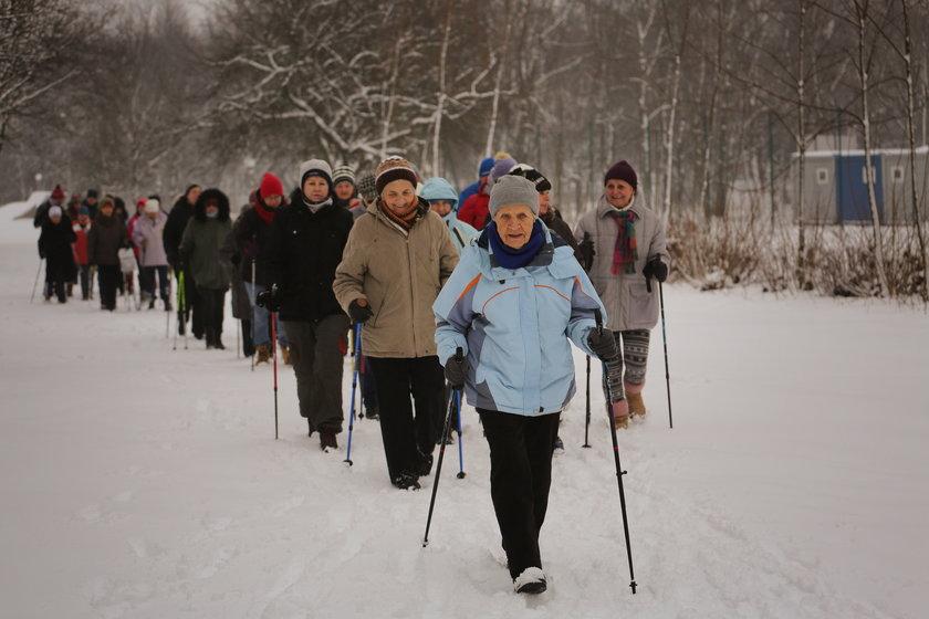 90-latka obchodziła urodziny na zajęciach nordic walking