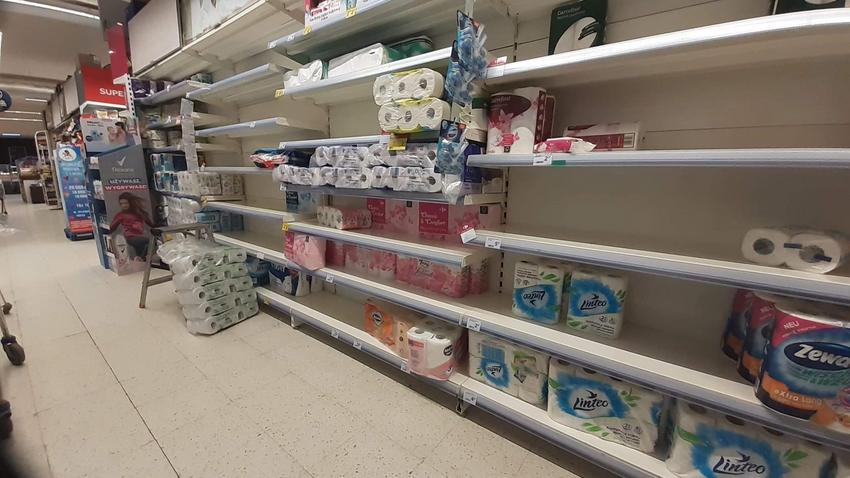 Na zdjęciu: puste półki po wykupieniu papieru toaletowego w związku z epidemią koronawirusa w Warszawie