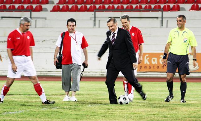 Erdogan je iz fudbala prešao u politiku (na slici tokom posete Nikoziji u julu 2008)