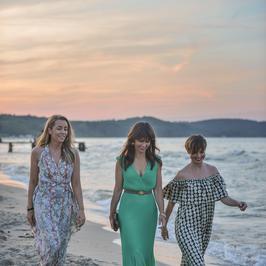 Karolina Ferenstein-Kraśko nawet na plaży zadaje szyku. Wraz z nią gwiazdy TVN