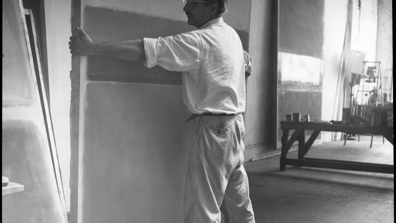 Mark Rothko w swoim studiu przy pięćdziesiątej trzeciej ulicy, fot. Henry Elkin, ok. 1953. Copyright © 2005 Kate Rothko Prizel i Christopher Rothko