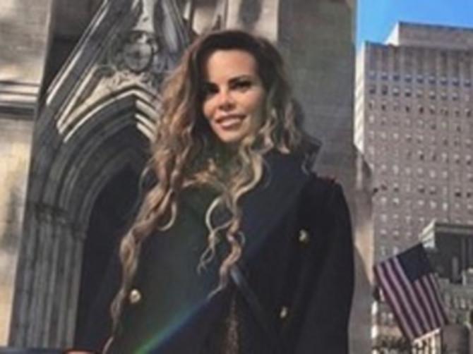 Ovo je sigurno NAJZANIMLJIVIJI crni kaput koji smo dosad videli: Zbog DETALJA NA RUKAVIMA ceo Njujork gleda u Nikolininom pravcu
