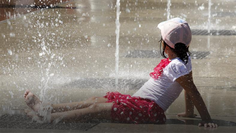 SWITZERLAND WEATHER FEATURE (Cooling off on the Place des Nations in Geneva)