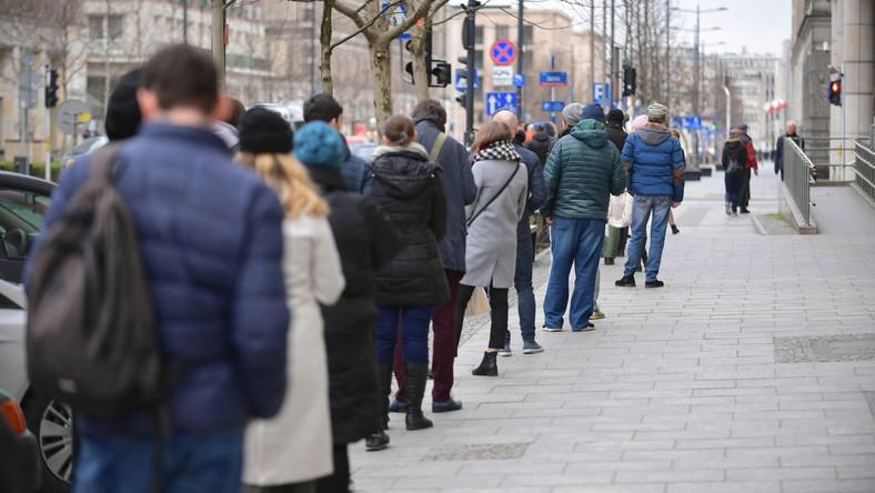 Koronawirus w Polsce. Kolejka przed wejściem do budynku Poczty Głównej przy ulicy Świętokrzyskiej w Warszawie