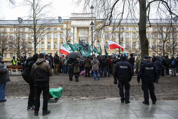 Urzędników pytano też, dlaczego policja nie usunęła trzeciej blokady kontrmanifestantów, obaj wskazali jednak w tej sprawie na policję. Na kolejnej rozprawie mają być przesłuchani dwaj policjanci.