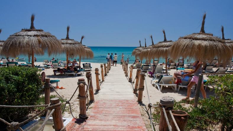Perła Tunezji. Jedno z największych centrów turystycznych. Z jednej strony zachwyca malowniczymi plażami, z drugiej - zabytkami pamiętającymi czasy starożytne