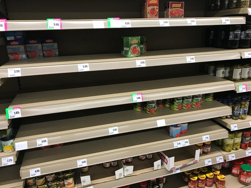 Znikajace jedzenie z polek sklepowych z powdu koranawirus