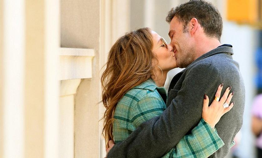 Jennifer Lopez i Ben Affleck nie szczędzą sobie czułości nawet w miejscu publicznym.