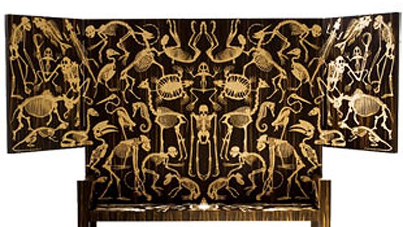 Ława w szkielety wymarłych stworzeń - w sam raz do salonu?