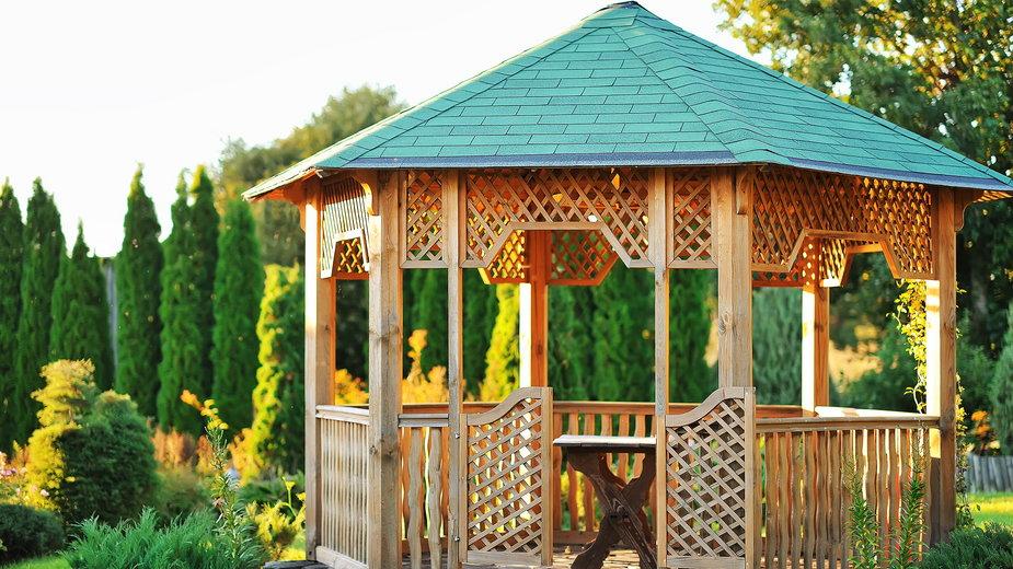 Drewniana altana  doskonale sprawdza się w ogrodzie - paultarasenko/stock.adobe.com
