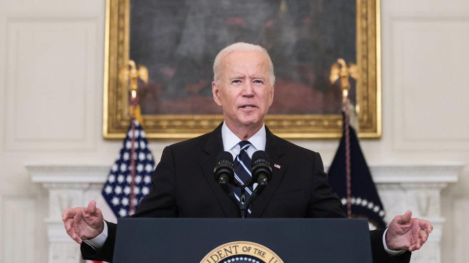 Prezydent USA Joe Biden wygłasza przemówienie na temat COVID-19 w jadalni państwowej Białego Domu