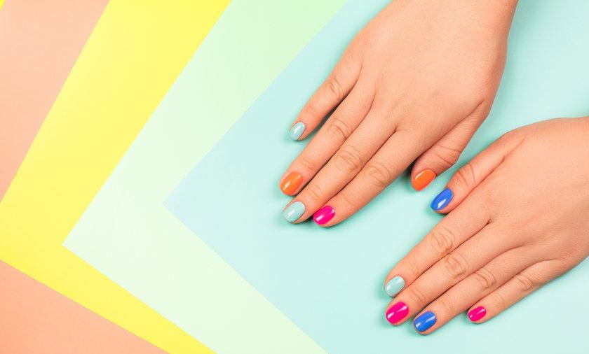 Jakie paznokcie na lato będą teraz najmodniejsze? Kolorowe, neonowe bądź pastelowe. Do wyboru masz barwny french, zdobienia w kwiaty lub owoce.