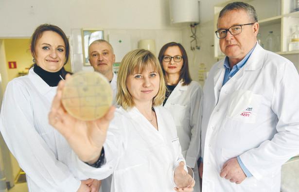 Dd lewej: dr Anna Nowaczek, dr. hab Andrzej Puchalski, prof. dr. hab Renata Urban-Chmiel, dr. hab Marta Dec, prof. dr. hab. Cezary J. Kowalski