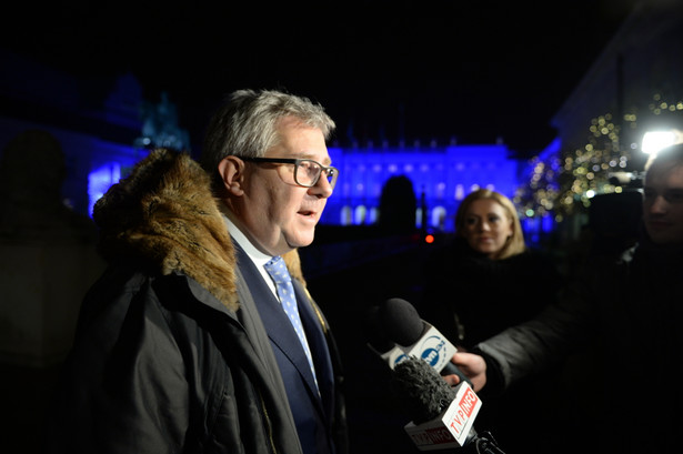 Ryszard Czarnecki rozmawia z dziennikarzami przed Pałacem Prezydenckim.