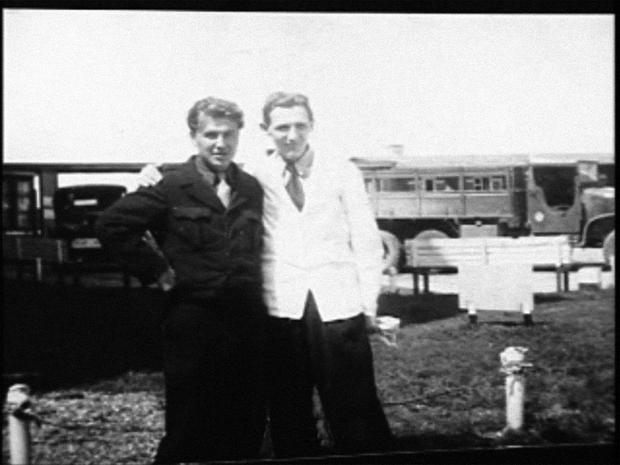 22-letni Stefan K. z zaprzyjaźnionym żołnierzem amerykańskim polskiego pochodzenia w Dachau, początek 1947