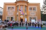 Loznica01 karadzicevci pomazu karadzicu sa nastupa ispred vukovog doma kulture foto s.pajic