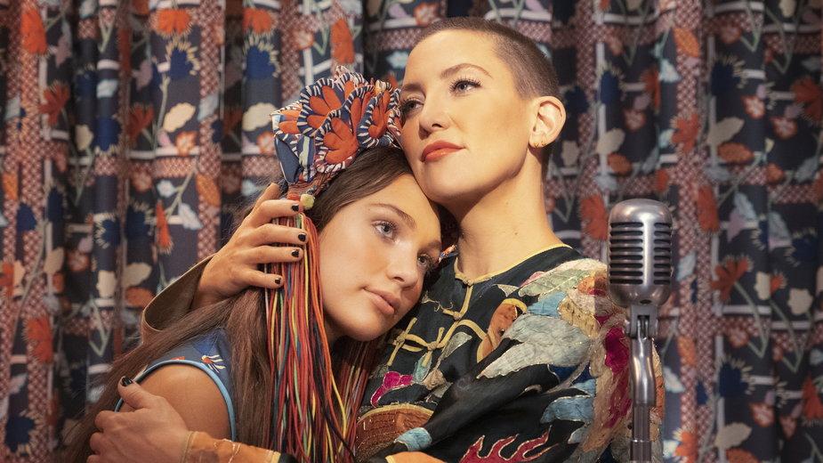 "Maddie Ziegler i Kate Hudson w filmie ""Music"""