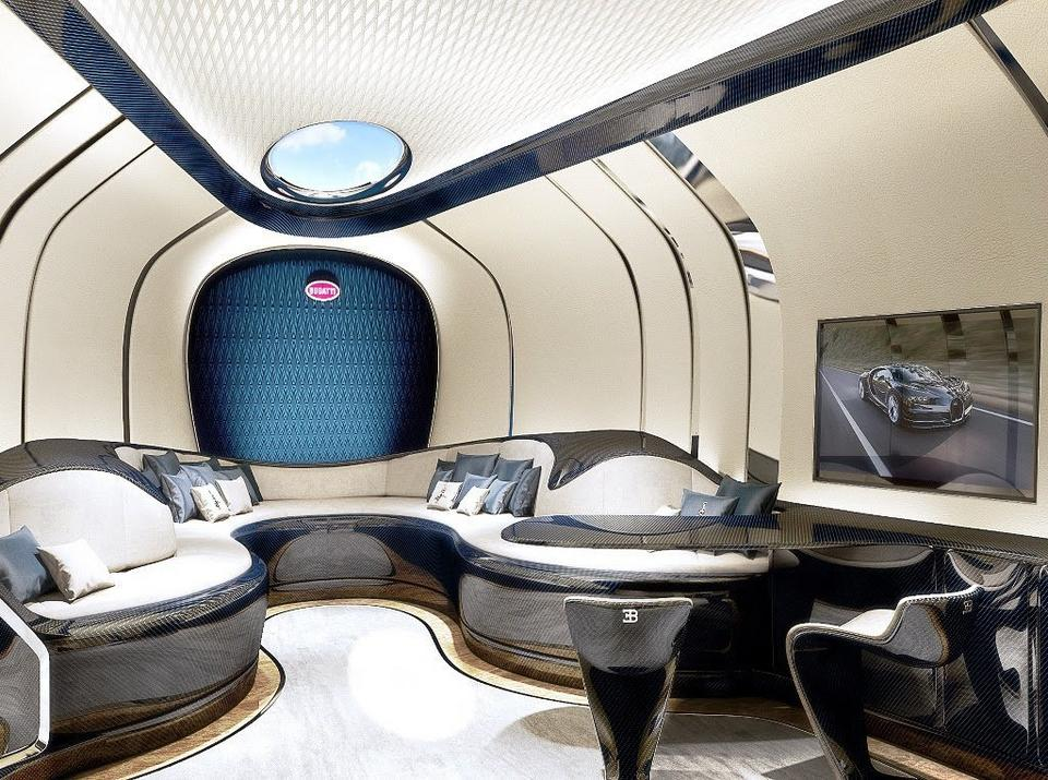 Zamiast dzielić wnętrze jachtu na kilka pomieszczeń, Bugatti wybrało duży, przestronny salon z kanapami i telewizorem.