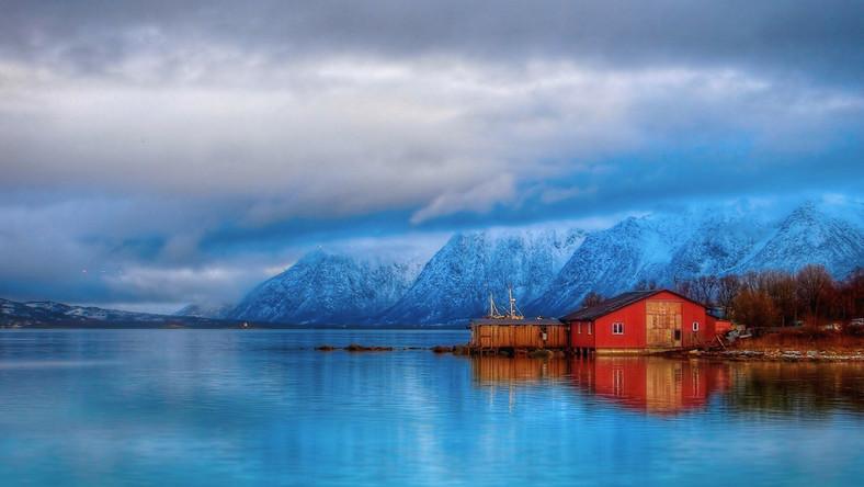 """""""Istnieją kraje zamożne i kraje szczęśliwe. Norwegia jest jednym i drugim"""", pisze w książce """"Kraina Zimnolubów"""" niemiecki reporter telewizyjny Tilmann Bunz. I trudno się z nim nie zgodzić, choć pierwsze wrażenie może być mylne - zwłaszcza jeśli nie widzi się na deptaku w Oslo ogrzewanych chodników i szpanerskich jachtów cumujących w nieodległej zatoce."""
