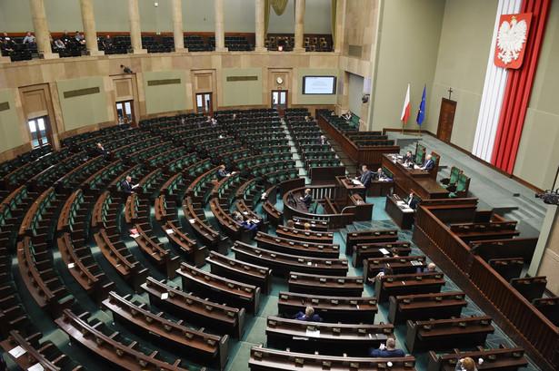 Projekt przygotował Komitet Inicjatywy Ustawodawczej utworzony przez Związek Zawodowy Celnicy PL, który zebrał pod nim prawie 200 tys. podpisów.