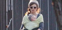Karolina Gruszka nie potrzebuje wózka. Tak nosi dziecko!