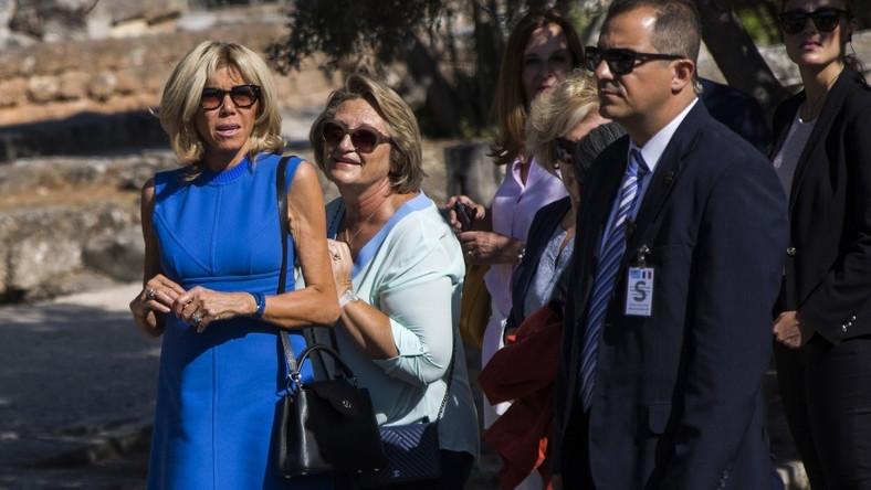 W Grecji, którą niedawno odwiedzała wraz z mężem pierwsza dama Francji, wciąż panują upały, więc sukienki i bluzki bez rękawów to nic niestosowanego - szczególnie w tych mniej oficjalnych kreacjach. Niestety...