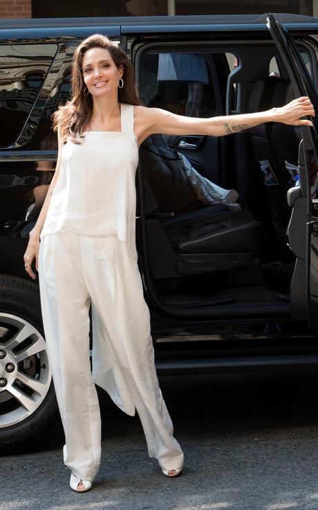 Anđelina Džoli u belom izgleda kao boginja univerzuma - Noizz