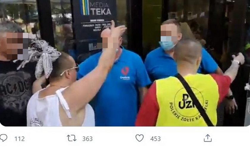 Awantura antyszczepionkowców przed punktem szczepień w Grodzisku Mazowieckim.